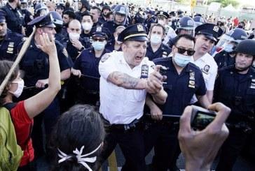 برأيكم لو أن المتظاهرين الأمريكان حاولو اقتحام البيت الابيض بشتى الوسائل فكيف سيكون رد الشرطة الأمريكية تجاههم لمنعهم ؟